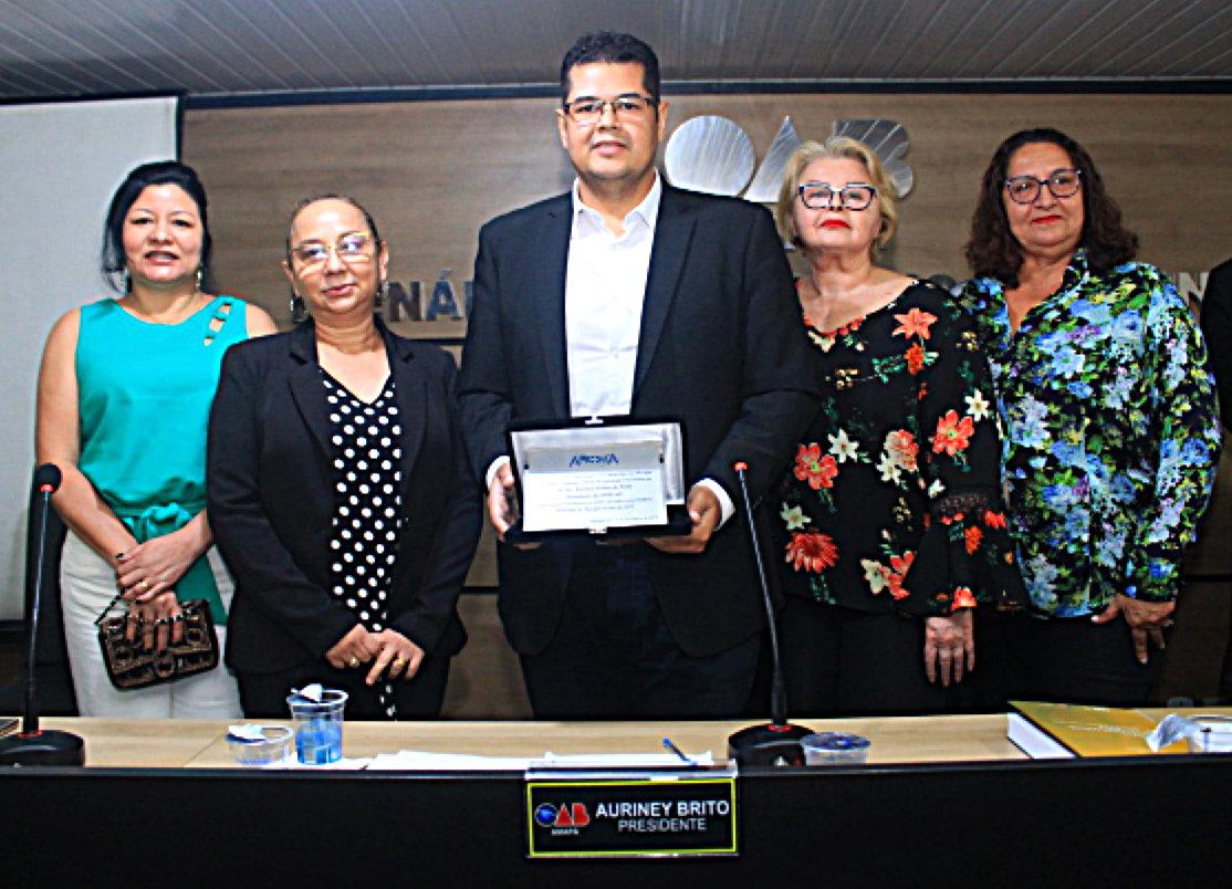 Na OAB-AP, presidente Auriney Brito recebe comenda por relevante atuação em defesa da advocacia pública brasileira